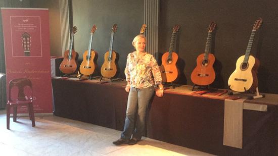 Sabine Heffner am Stand des Dieter Hopf Gitarrenatelier